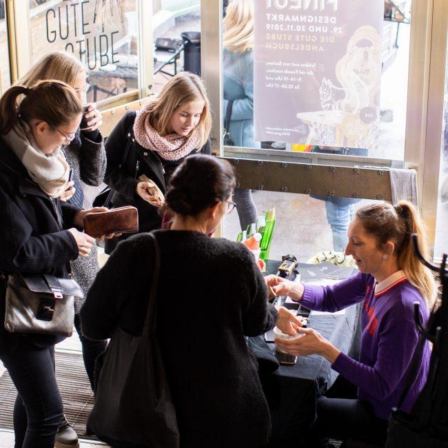 Gäste betreten die Gute Stube Andelsbuch für den Finest Designmarkt #4 2019. Fotos von Pia Pia Pia Berchtold.
