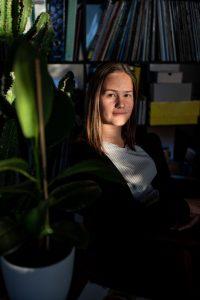 Pia Pia Pia Berchtold macht Foto und Video und hat ihren Büroplatz im Coworking in der Guten Stube Andelsbuch.