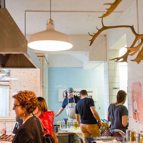 Alten Raum neu nutzen. Ausstellende in der Küche beim Finest Designmarkt.