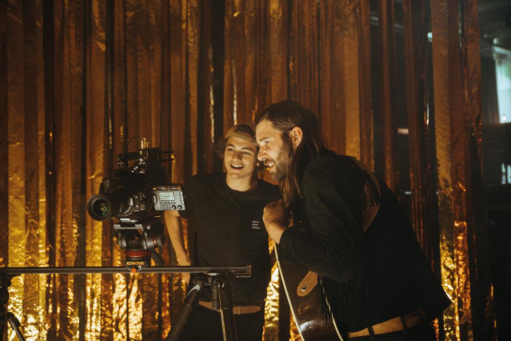 Niklas Hugo Schwärzler und Prinz Grizzley am Filmset eines Musikvideo-Drehs.
