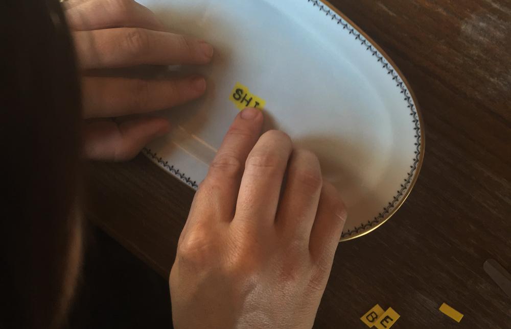 Porcelan Upcycling mit keramischem Siebdruck. Workshop mit Hannah Philomena Scheiber.