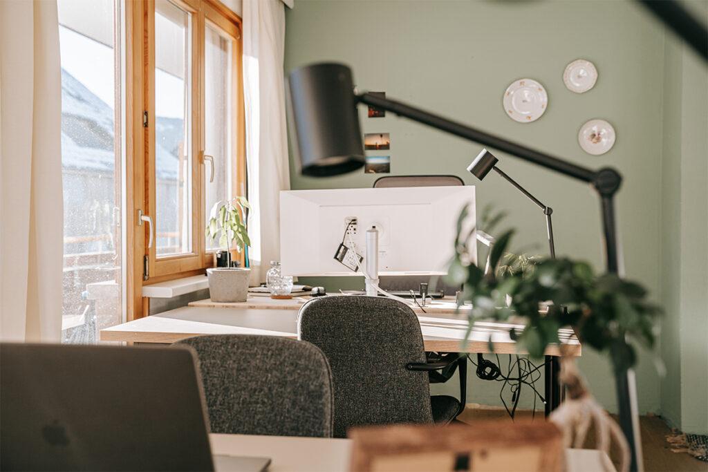Arbeitsplätze im guten Coworking Büro in der Guten Stube Andelsbuch. Foto von Pia Pia Pia Berchtold.