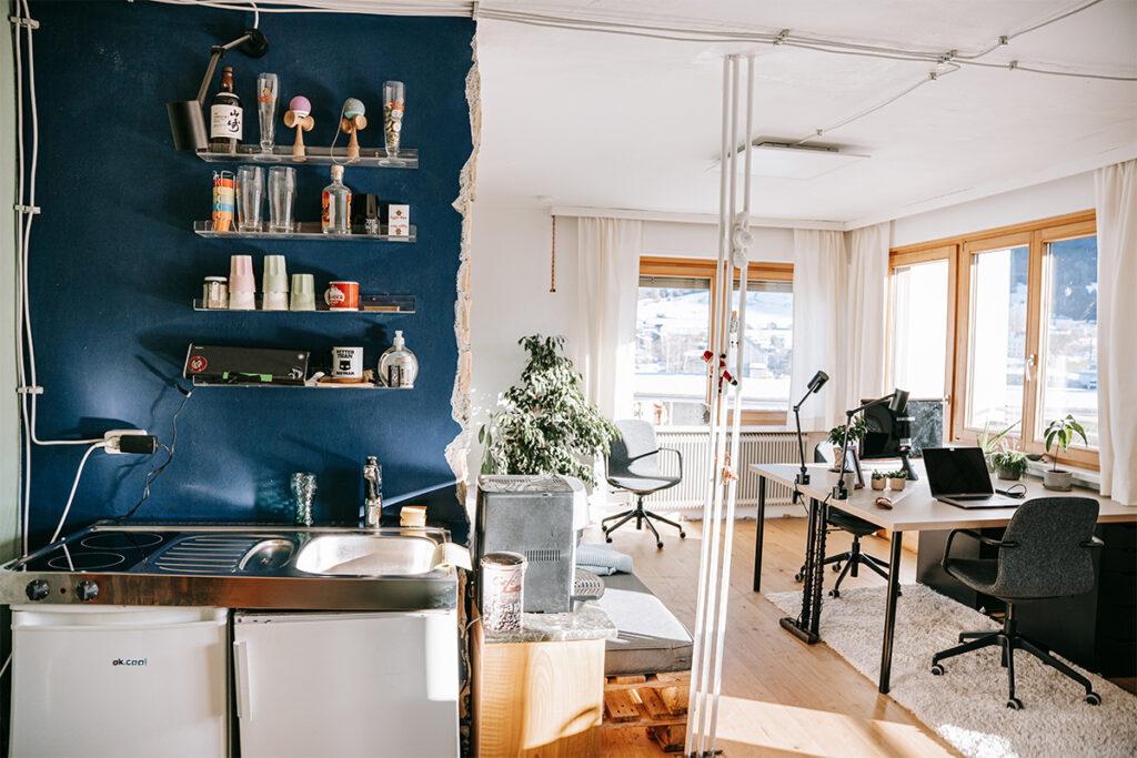Das gute Coworking Büro in der Guten Stube Andelsbuch. Foto von Pia Pia Pia Berchtold.