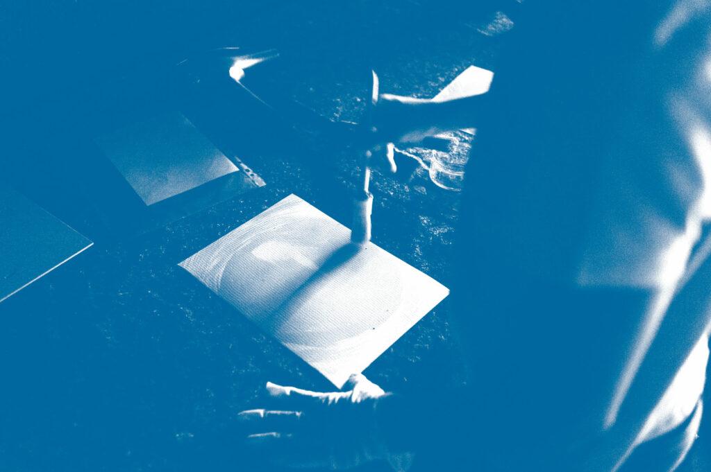 Mit Licht malen. Blaudruck Workshop in der Guten Stube Andelsbuch. Foto von Martin Schachenhofer.