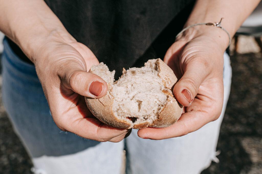 Brotbacken mit Sauerteig beim Workshop mit Karin Dünser in der Guten Stube Andelsbuch lernen. Foto von Pia Pia Pia Berchtold.