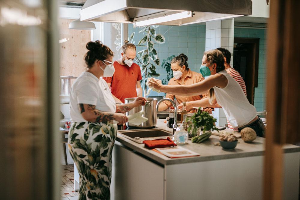 Kraftbrühe Suppe Kochen mit Milena Sol in der Guten Stube Andelsbuch. Foto von Pia PIa PIa Berchtold.